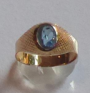 Zlatý prstýnek s gravírovanou mřížkou a modrým kamínkem (1).JPG