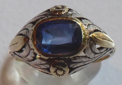 Prstýnek ze žlutého zlata, s modrým kamínkem, stříbrným ornamentem (1).JPG
