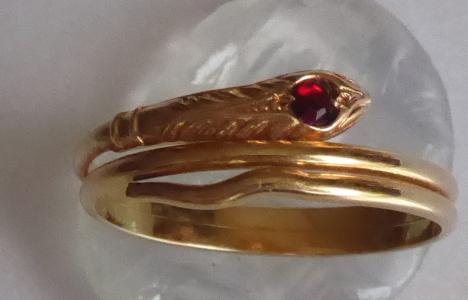 Zlatý prstýnek s rudým kamínkem - stočený had (1).JPG