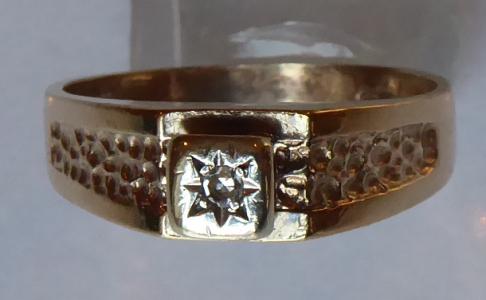 Zlatý prstýnek s reliéfním ornamentem a briliantem (1).JPG