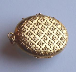 Zlatý oválný medailon s historizujícím ornamentem - Praha 1880 - 1900 (1).JPG
