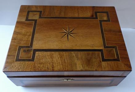 Šperkovnice ) krabička ) v ořechové dýze, s intarzií (1).JPG