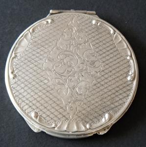 Stříbrná kulatá pudřenka, s gravírovaným kosočtvercem (1).JPG