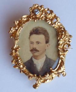 Zlatá brož, rámeček, s portrétem a diamantem (1).JPG