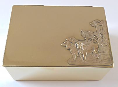 Mosazná krabička na doutníky, s loveckými psi - secese (1).JPG