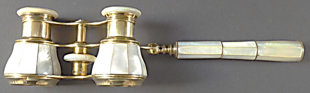 Divadelní kukátko s držadlem a perletí (1).JPG