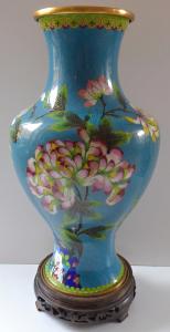 Váza Cloisonné, s květy - dřevěný podstavec (1).JPG