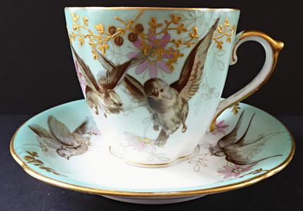 Čajový šálek s ptáčky a ornamentem - Březová 1875 - 1918 (1).JPG