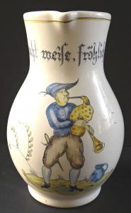 Džbánek na víno, s dudákem a nápisem - Majolika Manufaktur Karlsruhe (1).JPG