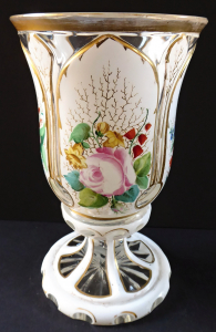 Bílý pohár ( sklenice ) s malovanými květy, zlacením - Biedermeier (1).JPG