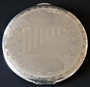 Stříbrná kulatá pudřenka, s gravírovaným ornamentem (1).JPG
