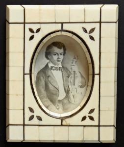 Miniatura houslisty Josefa Slavíka - slonovinový rámeček (1).JPG
