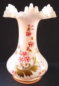 Vázička z mléčného a růžového skla, malovaná (1).JPG