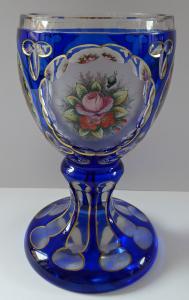 Pohár z kobaltového skla a malovanými květinami (1).JPG
