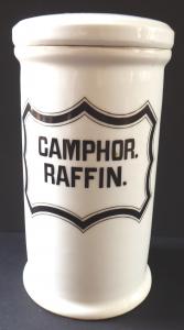 Porcelánová lékovka, Camphor. Raffin - Loket (1).JPG