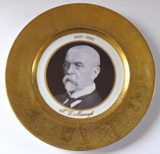 Jubilejní talíř s portrétem T. G. Masaryka a zlaceným okrajem (1).JPG