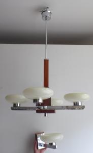 Lustr s aplikou, chrom a dřevo (1).JPG