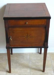 Dubový noční stolek s intarzovanými hvězdami - klasicismus (1).JPG