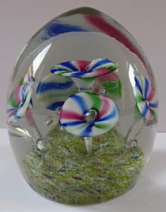 Menší skleněné těžítko s pěti žíhanými květy (1).JPG