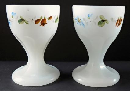 Dva pohárky z alabastrového skla, s malovaným  věnečkem (1).JPG