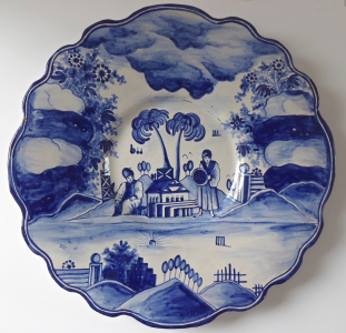 Fajánsový modrobílý talíř s postavami - Úředníček, Tupesy, družstvo Zádruha (1).JPG