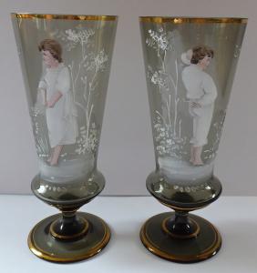 Dvě skleničky s chlapcem a dívkou - Čechy, styl Mary Gregory (1).JPG