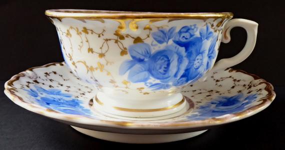 Šapo se zlaceným ornamentem a modrými květy - Slavkov (1).JPG