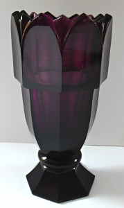Vázička z ametystového broušeného skla (1).JPG