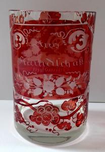 Sklenička s rubínovou lazurou a medailony - Přátelství, Zdraví (1).JPG