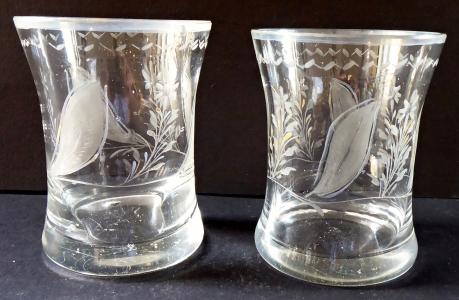 Dvě menší skleničky, broušený florální motiv (1).JPG