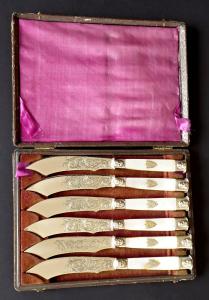 Postříbřené nožíky s perletí, maskarony, štítem s monogramem  (1).JPG