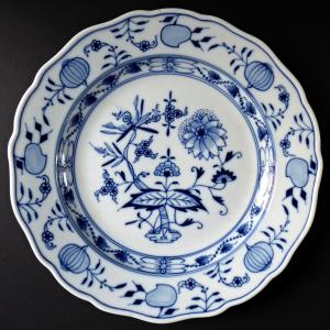 Míšeňský porcelánový talíř s cibulovým vzorem (1).JPG