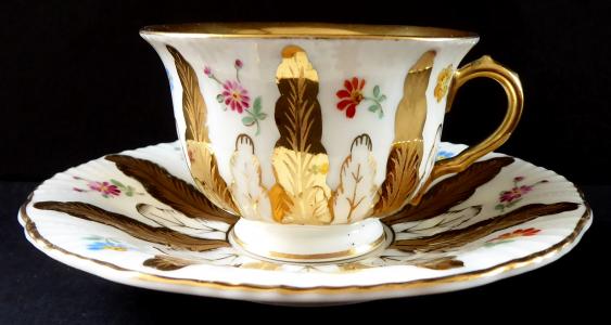 Zlacený kávový šálek s květinami, styl Míšeň - Schönfeld (1).JPG