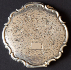 Stříbrná pudřenka, gravírovaná, rokaje (1).JPG