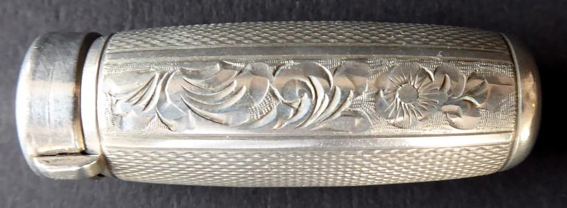 Stříbrná rtěnka, s gravírováním a gilošováním (1).JPG