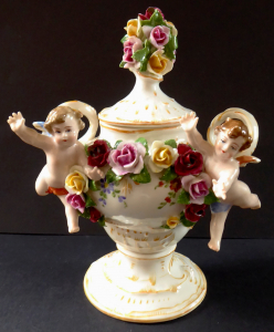 Porcelánová vázička s andílkem a květinami - Pasov (1).JPG