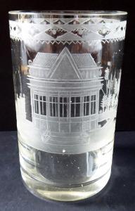 Biedermeierová sklenice, rytá, s motivem altánu (1).JPG