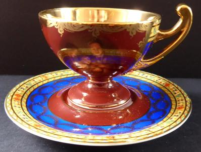 Zlacený šálek s figurálními motivy - Friedrich Simon, Karlovy Vary (1).JPG