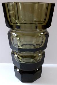 Broušená váza, kouřové sklo - styl Moser (1).JPG