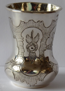 Stříbrný pohárek s kartušemi - Vídeň 1862 (1).JPG