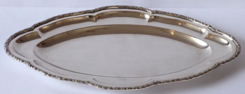 Stříbrný oválný tác, reliéfní okraj (1).JPG