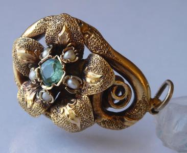 Zlatý přívěsek se smaragdem a říčními perličkami - biedermeier (1).JPG