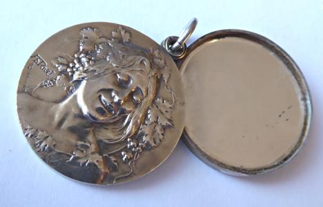 Secesní stříbrný otevírací medailon, přívěsek, s řetízkem (1).JPG