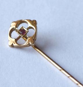 Secesní zlatá jehlice s rubínkem (1).JPG