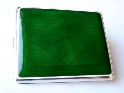 Stříbrná tabatěrka se zeleným a bílým emailem (1).JPG