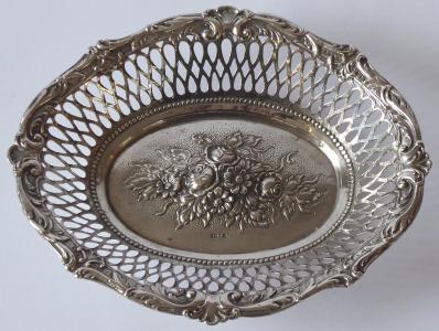 Oválná stříbrná miska, reliéfní květiny (1).JPG
