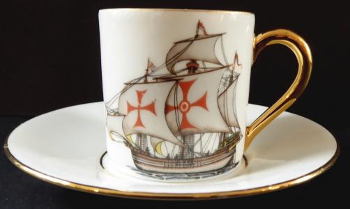 Šálek se zlaceným úchytem a plachetnicí - Limoges (1).JPG