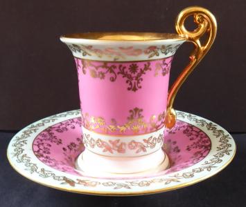 Koflík se zlaceným ornamentem, růžový a světle modrý - Eisenberg (1).JPG