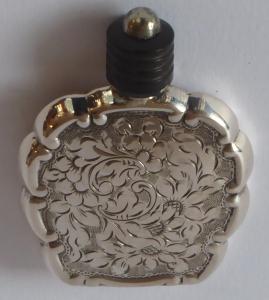 Gravírovaný stříbrný malý flakon (1).JPG