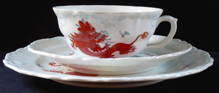 Šálek, podšálek a talířek, s čínským drakem - Dresden (1).JPG